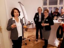 Simone Schönfeld begrüßt in ihren Räumlichkeiten