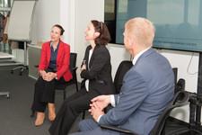 Simone Schönfeld (Mitte) im Gespräch mit der ehemaligen Mentee Christina Widmann von Osram (links) und dem ehemaligen wie aktuellen Mentor Dieter Roas von Tüv Süd (rechts)