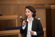 Simone Schönfeld, Geschäftsführerin Cross Consult, leitet die anschließende Podiumsdiskussion
