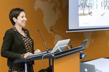 Cross Consult Geschäftsführerin Dr. Nadja Tschirner führt das Thema des Abends ein