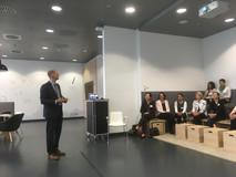 Arndt Boenigk, Leiter Personalentwicklung und Führungskräftebetreuung Flughafen München, begrüßt die Gäste
