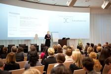 Moderatorin der Veranstaltung, Susanne Pölchau, BR, im Europasaal des Hauses der Bayerischen Wirtschaft