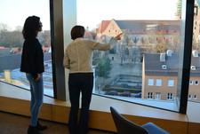 Gerhild Buchwald-Kraus (r.) zeigt ihrer Mentee Veronika Köpf (l.) das neue Besprechungszentrum der Stadtwerke Augsburg