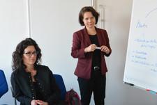 Cross Consult-Geschäftsführerin Simone Schönfeld (r.) führt Veronika Köpf (l.) in ihre Rolle als Mentee ein
